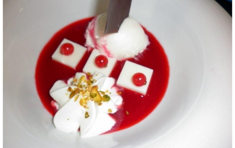 sopa de frutos rojos con espuma y helado de yogurt [800x600]